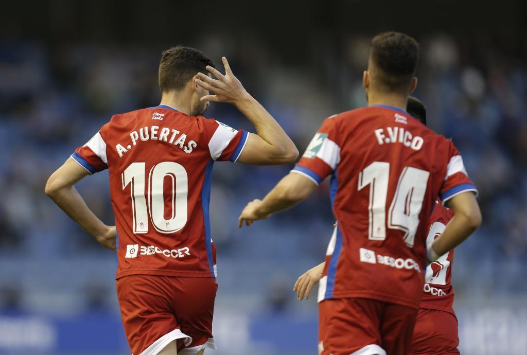 Antonio Puertas celebra el tempranero gol del Granada en el Heliodoro