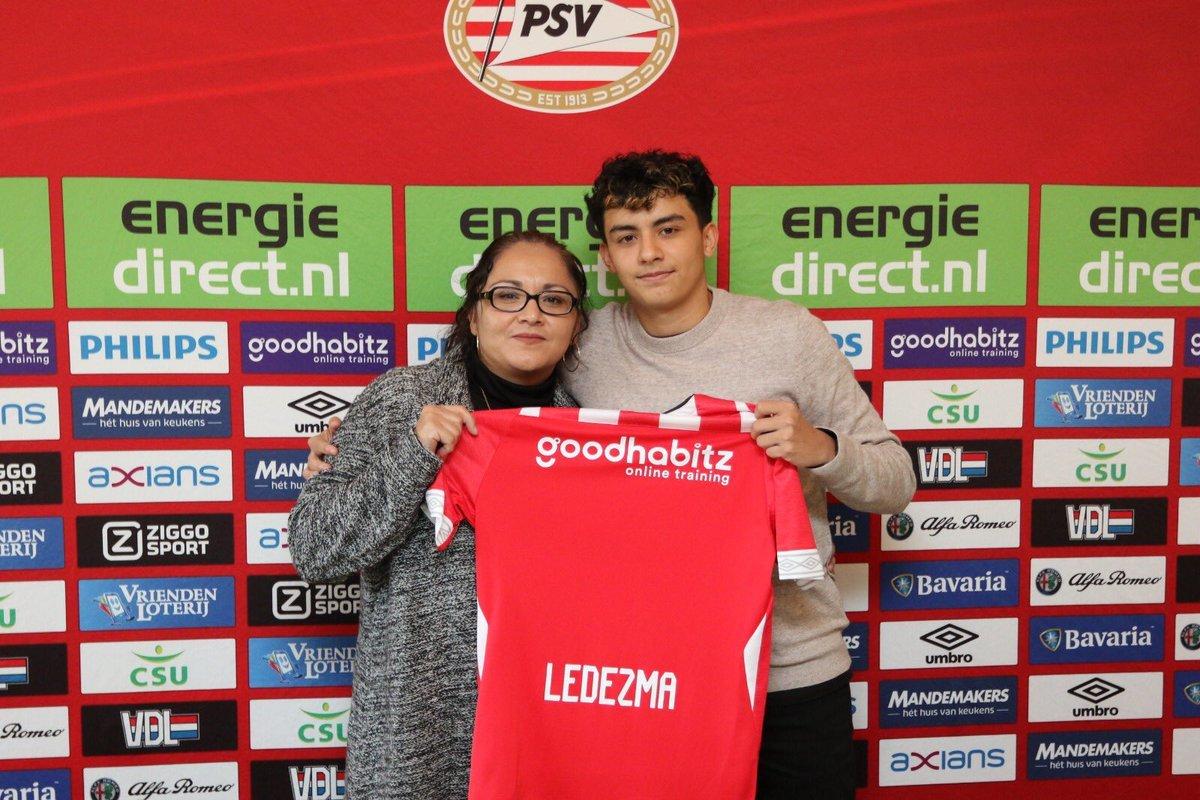 Richard Ledezma posa con la camiseta del PSV.
