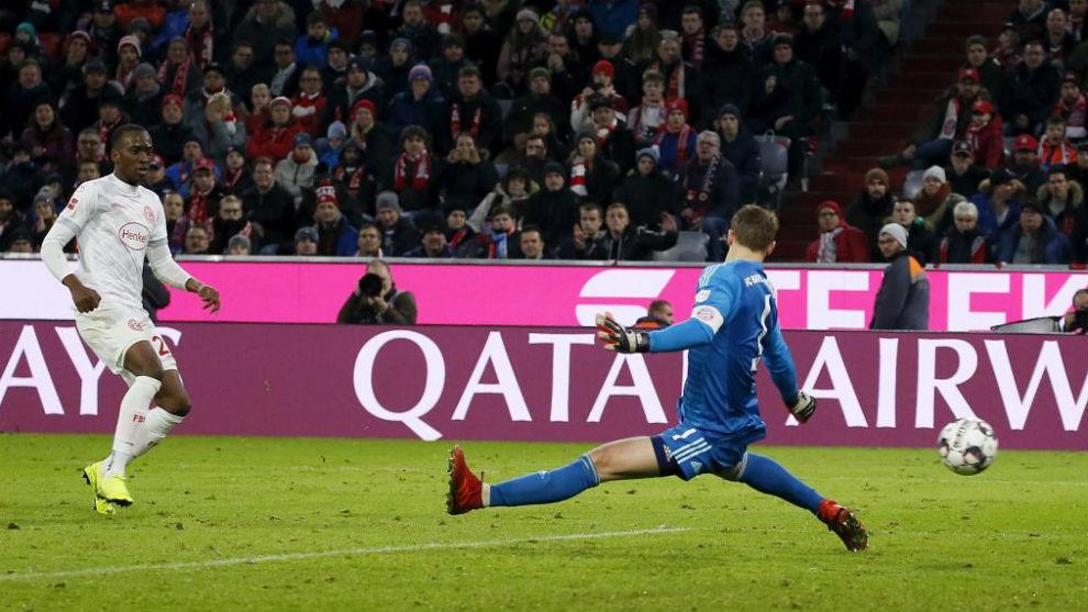 Lukebakio bate a Neuer durante el empate entre Bayern y Fortuna...