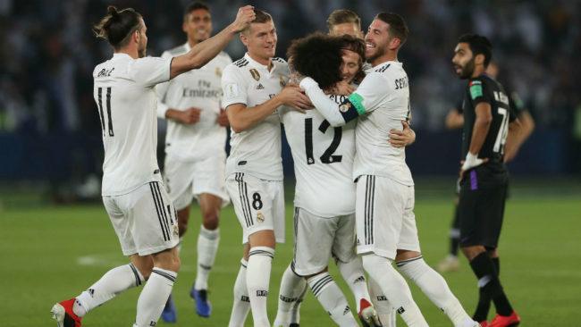 Los jugadores del Real Madrid se abrazan en uno de los goles al Al...