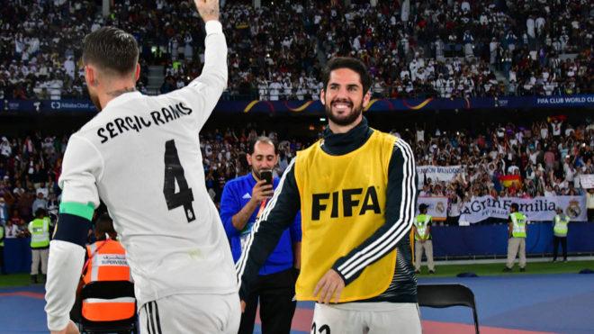 Isco sonríe tras ser abrazado por Sergio Ramos.
