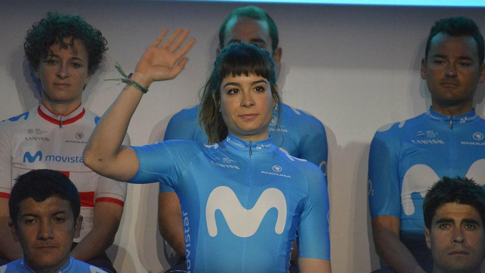 Sheyla Gutiérrez saluda en la presentación de los equipos Movistar...
