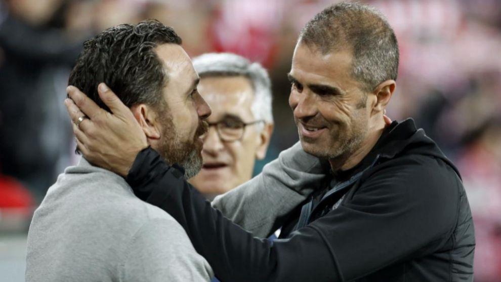 Garitano saluda a Sergio antes del comienzo del encuentro.