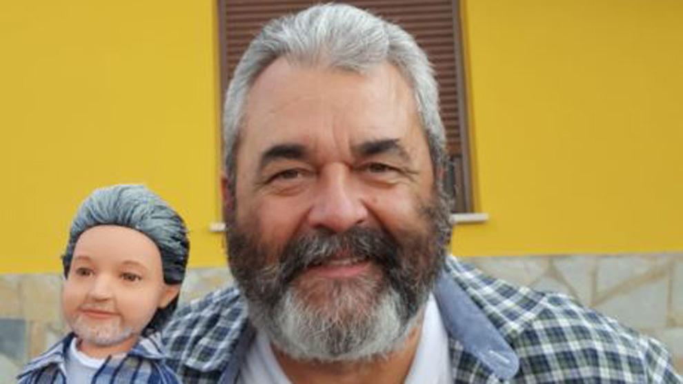 José Pinto, en su pueblo, junto a su 'doble'