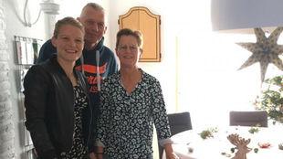 Mandy Van den Berg posa junto a sus padres el día de Nochebuena.