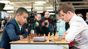 Shamsiddin Vokhidov y Magnus Carlsen.