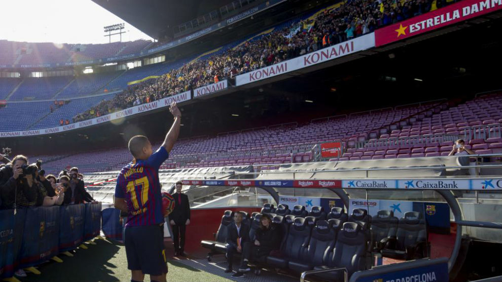 Murillo saluda a los aficionados que se han acercado hasta el Camp...