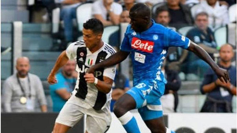 Cristiano y Koulibaly pelean por el balón en el partido entre Juve y...