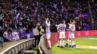 Afición y jugadores del Real Valladolid
