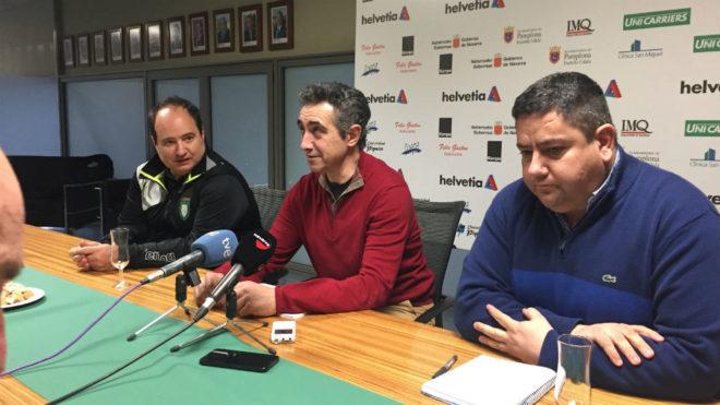 El presidente del Helvetia Anaitasuna, en el centro, su entrenador, a...