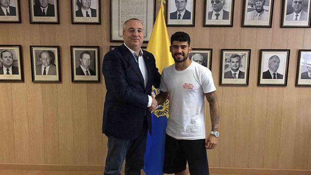Miguel Ángel Ramírez, junto a Tana, tras la renovación del jugador...