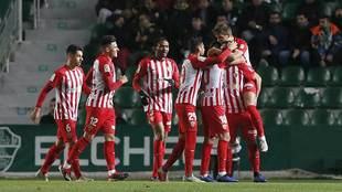 Los jugadores del Almería celebran el gol de Álvaro Giménez en...