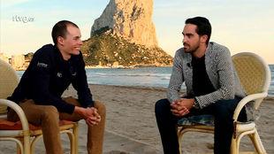 Enric Mas y Alberto Contador con el Peñón de Ifach como testigo.