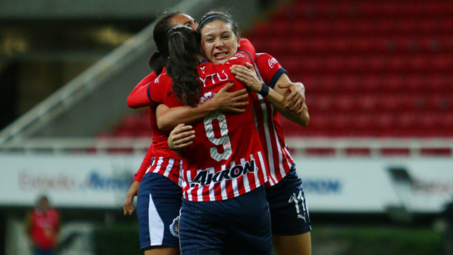 Chivas Femenil celebra un gol