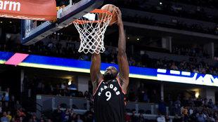 Serge Ibaka anota en un partido con los Raptors