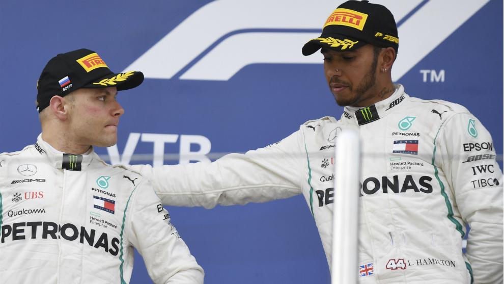 Hamilton y Bottas, en el podio de Sochi.