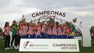 Las jugadoras del Atlético de Madrid con la copa de campeón del...