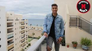 Eddy Silvestre posa en su residencia de Roquetas de Mar para MARCA