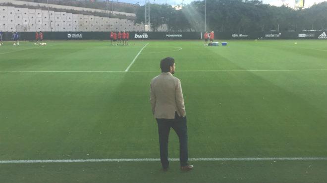 Alemany presencia 'in situ' una sesión del Valencia a pie de campo.