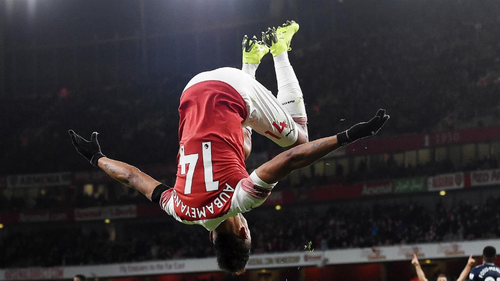Aubameyang celebra su tanto al Fulham con una voltereta.