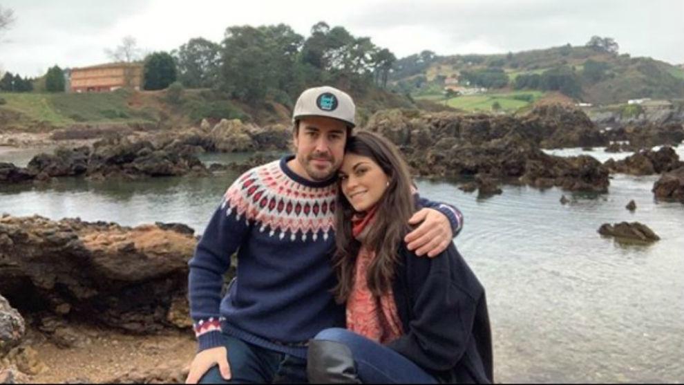 Alonso, junto a su pareja Linda Morselli.