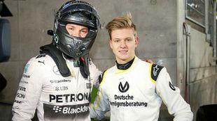 Nico Rosberg y  Mick Schumacher durante un acto de Mercedes en 2015.