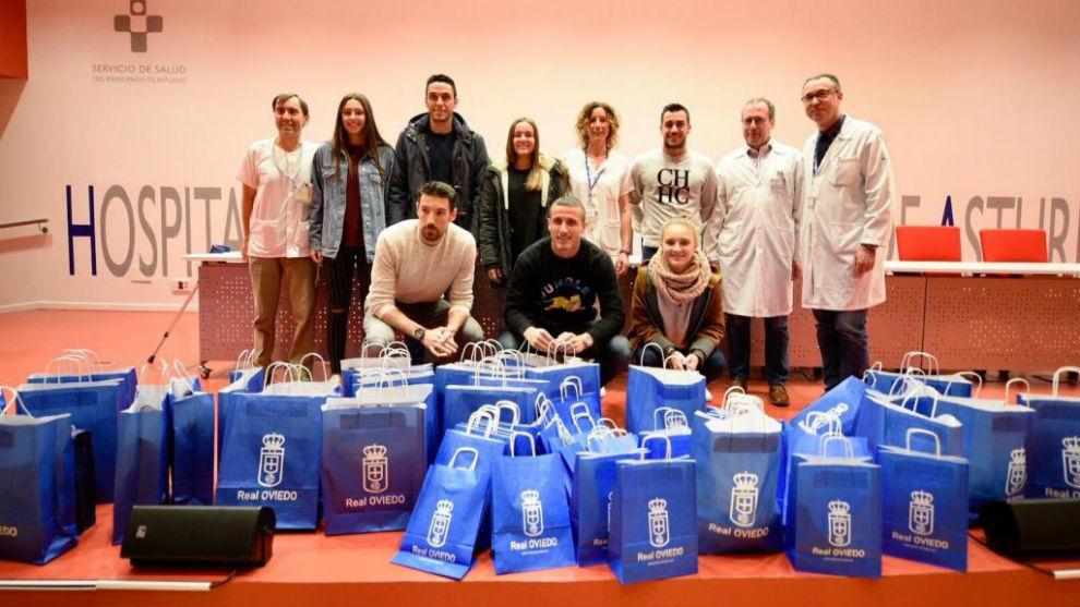 Jugadores del Oviedo visitando y llevando regalos a los niños...