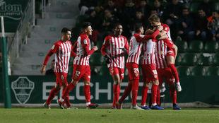 Los jugadores del Almería celebran un gol
