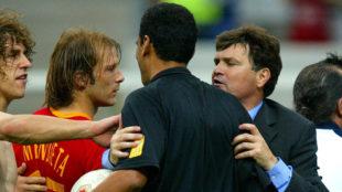 Camacho separa a Al-Ghandour de los jugadores españoles al final del...