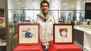 Hugo González posa con las fotos de los nadadores Mark Spitz y...