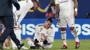 Bale se toca en el gemelo de la pierna izquierda