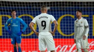 Benzema, Ramos y Courtois, tras marcar el Villarreal el gol del...