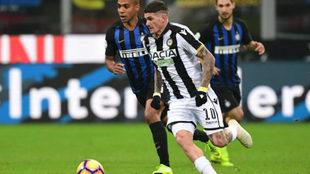 De Paul, con el Udinese, dirige un balón en el duelo ante el Inter de...