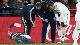 Bale, atendido por los médicos del Real Madrid en Villarreal.