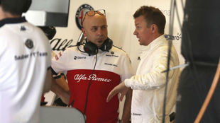 Raikkonen, con Simone Resta, director técnico de Sauber, en los test...