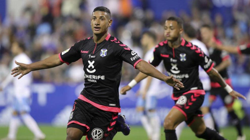 Acosta celebra un gol con el Tenerife