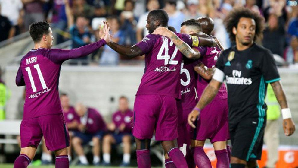 Los jugadores del City celebra uno de sus goles ante la desesperación...