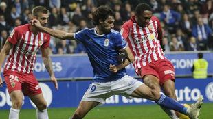 Owona lucha con Carlos Martínez durante el partido Oviedo-Almería