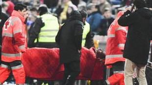 Rey Manaj, jugador del Albacete, abandona en camilla el campo.