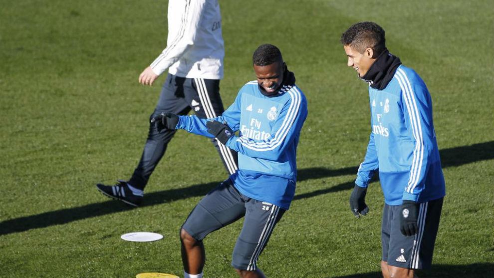 Vinícius y Varane bromean durante el entrenamiento del Real Madrid.