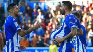 Maripán y Borja Bastón celebran uno de los goles de ayer.