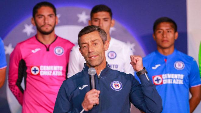 Pedro da un discurso en la presentación del uniforme celeste.