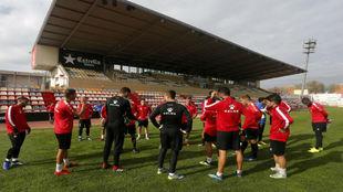 Los jugadoers del Reus hablan durante un entrenamiento