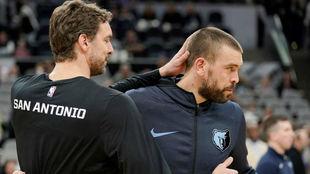 Pau y Marc Gasol se saludan antes del partido