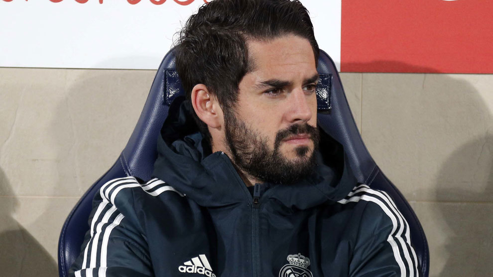 Isco on the bench at the Cerámica.