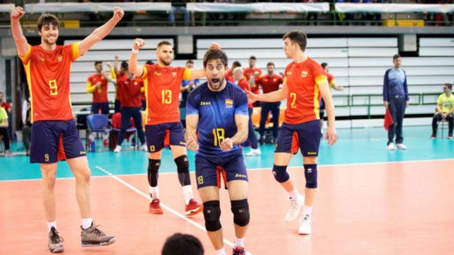 Los jugadores de la selección española de Voleibol celebran la...