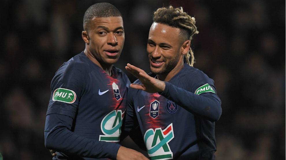 Mbappé y Neymar celebran uno de los tantos al Pontivy