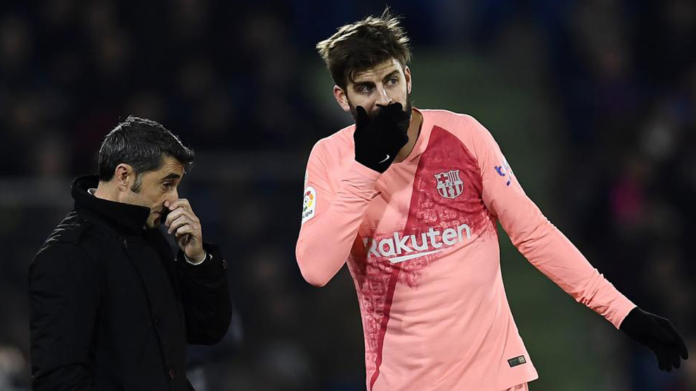 Valverde speaking with Piqué during the game.