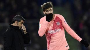 Valverde habla con Piqué durante el partido