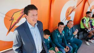 Reyes observa en la banca del Santos.